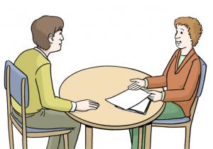 Eine-Frau-und-ein-Mann-sitzen-an-einem-Tisch-Der-Mann-hoert-der-Frau-zu